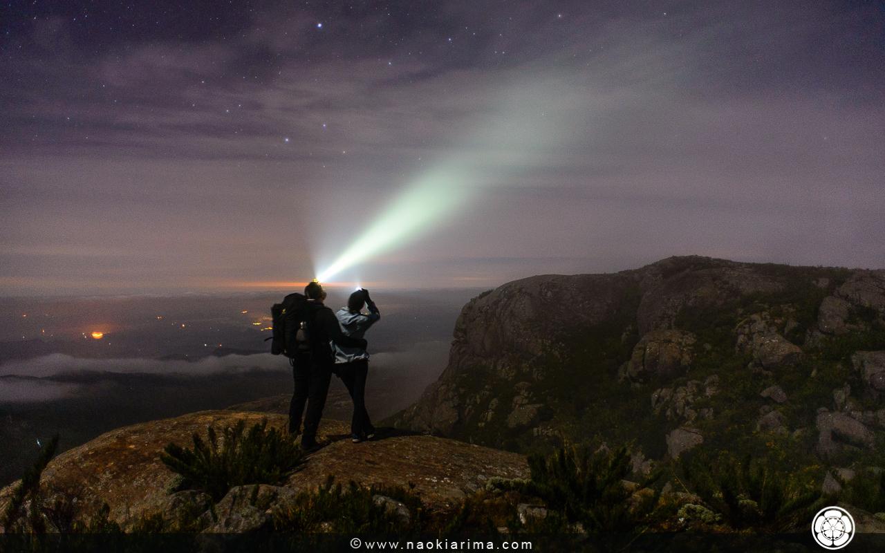 Chico e Camila durante a caminhada noturna em direção ao cume do Pico da Bandeira.