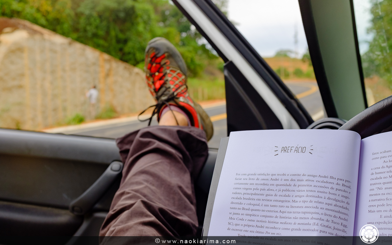 """Esperando a pedra secar. Enquanto isso, lendo o livro """"Por um triz"""" de André Ilha."""