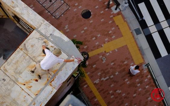 Sonhor de 70 anos pintando o teto às 5h da manhã...