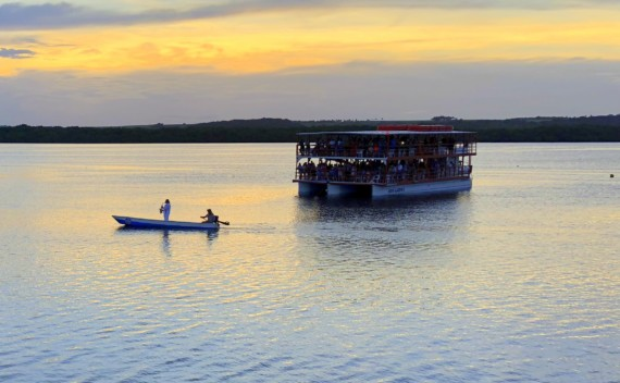 Pôr do sol na Praia do Jacaré dentro e fora do barco