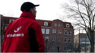 """""""Het is duidelijk dat we hier nodig zijn"""", zegt een van de straatcoaches. (Foto: Stichting Aanpak Overlast Amsterdam)"""