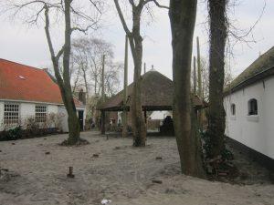 Tussen het hotel (links) en het restaurant (rechts) ligt het toekomstige terras met antieke hooibergkap (Foto: Mirjam van Zuidam)