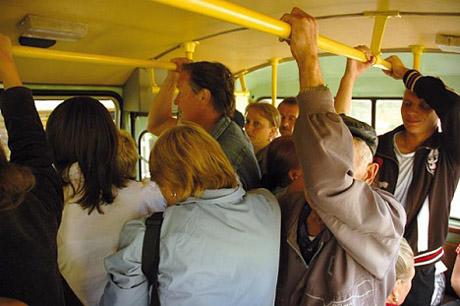 крепче за поручень в автобусе держись