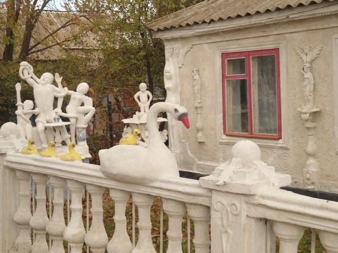 Пенсионер превратил свой дом в музей скульптур