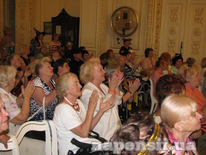 Студенты-пенсионеры из Одессы весело отметили выпускной