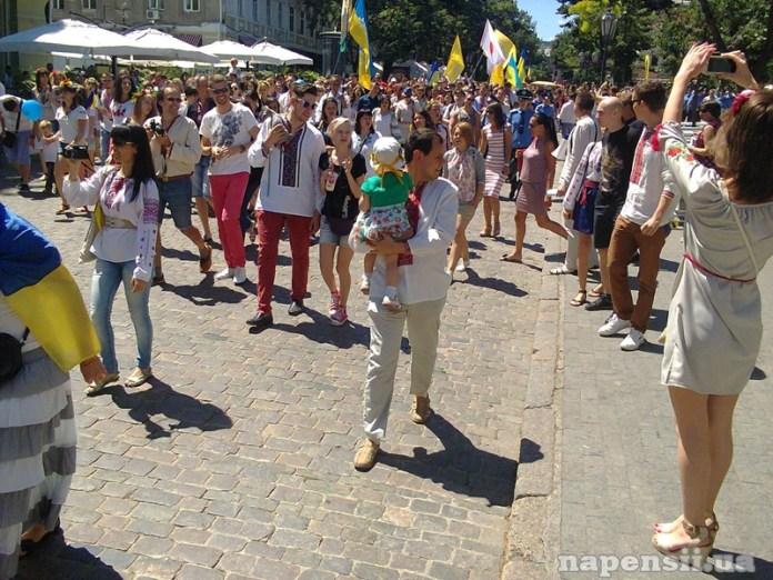 В Одессе сотни людей прошли по центру города в вышиванках