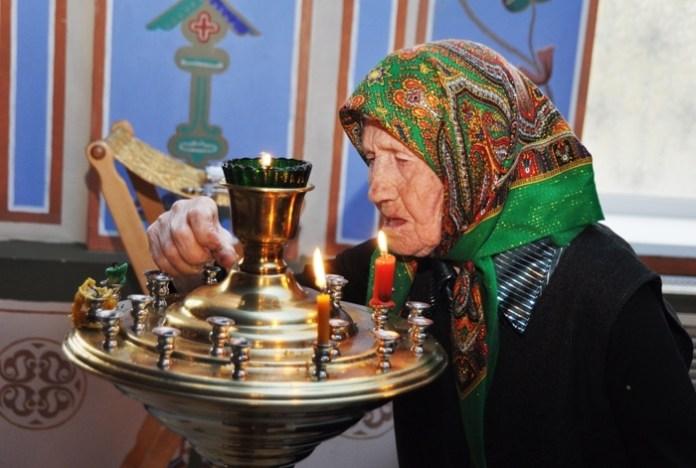 Пожилые чаще молятся, чем молодежь