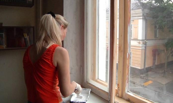 Красим деревянные окна правильно