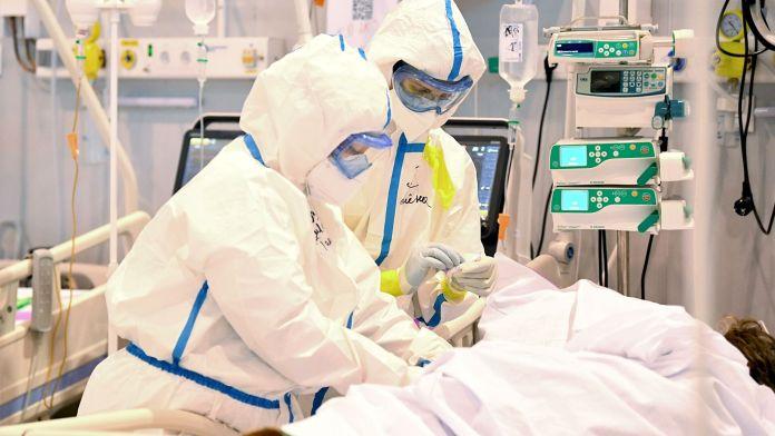 Коли українцям чекати піку захворюваності на COVID-19?