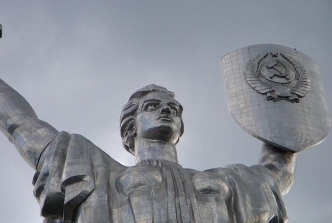 На скульптуре «Родина-мать» останутся серп и молот