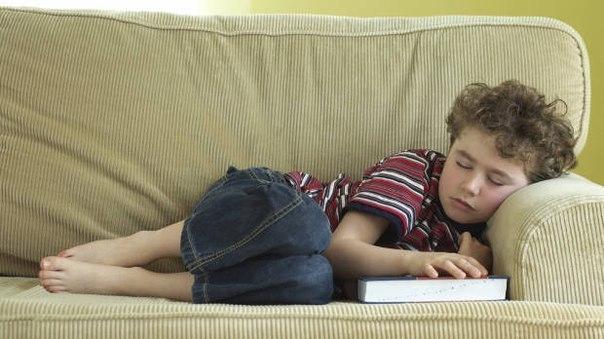 Как правильно разбудить ребенка