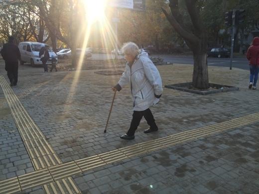 Для инвалидов делают специальный тротуар