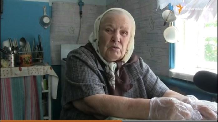 95-летняя волонтер готовит на передовую чай и закуску из сала (ВИДЕО)