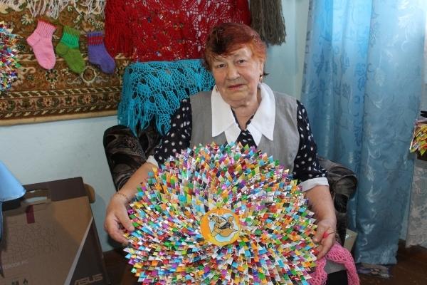Пенсионерка из Одессы вяжет букеты цветов
