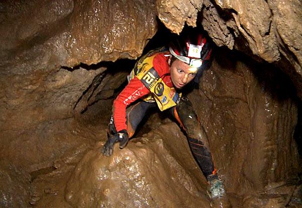 Jedna z dziewczyn ze szwedzkiego teamu wychodzi z wąskiego przejścia jaskini.