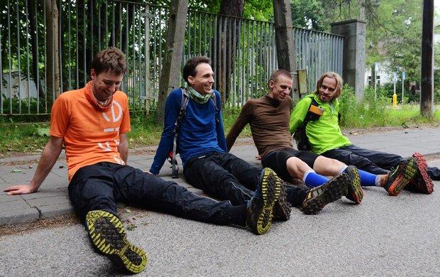 Uśmiech rekordzistów - od lewej Janek Kaseja, Olek Tittenbrun, Piotrek Kłosowicz i Arek Recław. Panowie w 2014 roku przemknęli przez Krwawą Pętle w rekordowym czasie 20h 46 min. Foto strona organizatorów