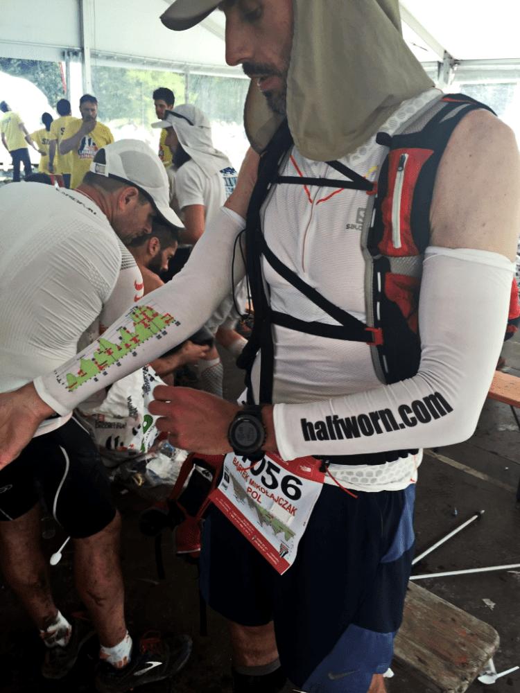 Bartek Mikołajczak na punkcie żywieniowym na Lavaredo Ultra Trail. Fot. Ola Mikołajczak