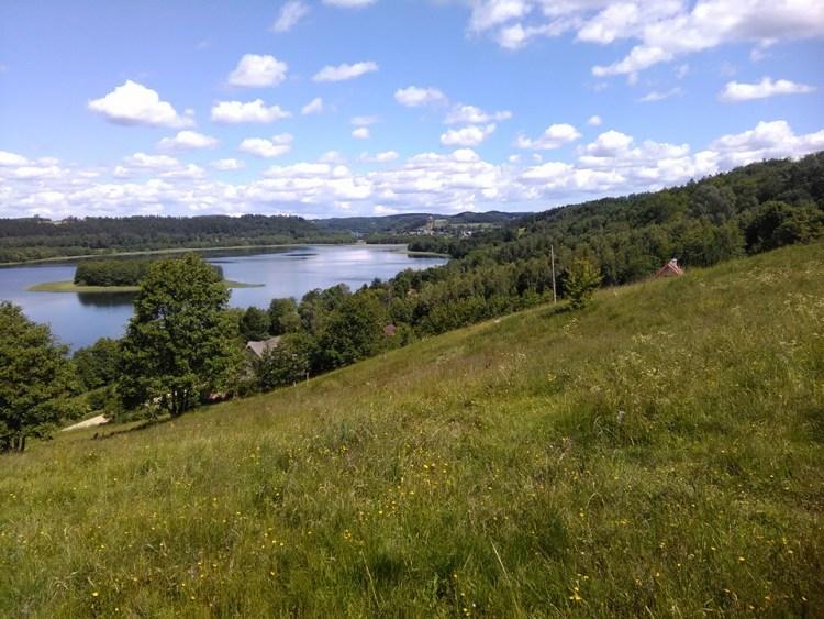 W tle jezioro Brodno Wielkie - widok z trasy biegu Fot. Ł. Zwoliński