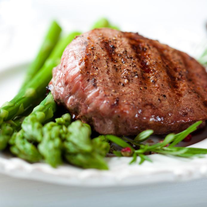 Czerwone mięso i ciemnozielone warzywa - w nich kryje się żelazo. Fot. Istockphoto.com