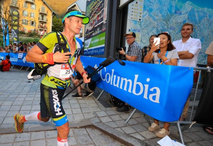 Ludovic Pommeret biegnie na metę UTMB. Fot. Franck Oddoux