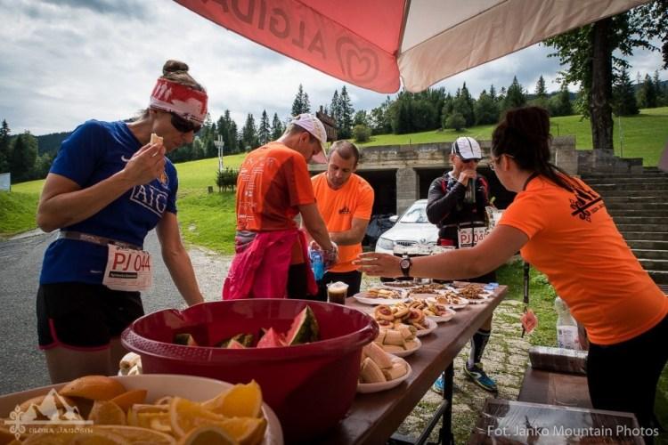 Punkt żywieniowy na trasie Ultra Janosika. Fot. Janko Mountain Photos