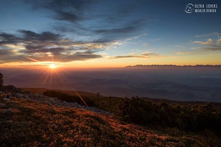 Wschód słońca na BUT. Fot. Jacek Deneka/Ultralovers
