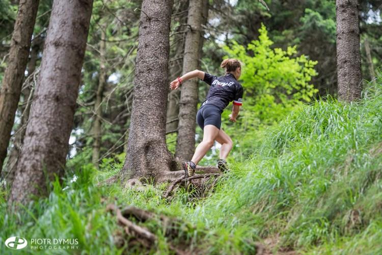 Viola biegnie na Waligórę - jedną z gór Korony Gór Polski. Fot. Piotr Dymus