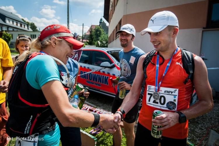 Ewa Majer i Piotr Bętkowski gratulują sobie na mecie.