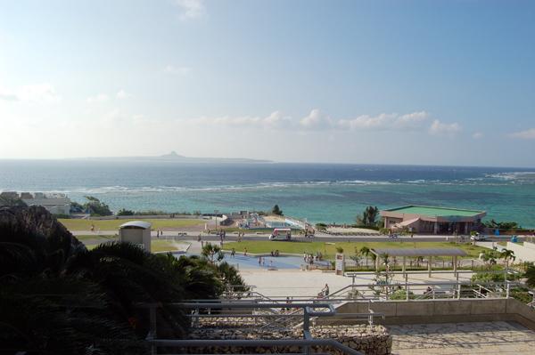 水族館からの海も青くてキレー。