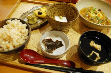 お手軽価格で精進料理。生麩田楽のムニムニ感が好き。