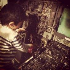 操縦に夢中。このあと「おかあさん、うんちしちゃった・・・。」これだから・・・。