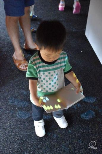 一歳児も、本もってウロウロ。
