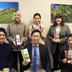 レドモンドのオフィスで社員の皆さんと。前列中央が杉本さん。左後方は、国連食糧農業機関(FAO)によって世界重要農業遺産システムに認定された茶草場農法による茶畑の写