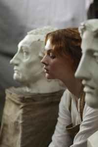 photo of a woman sitting beside statue, een narcist haat het als je voor jezelf zorgt