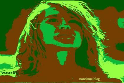 vrouw kijkt omhoog voor narcisme.blog Ga dan voorbij