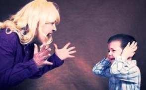 foto van moeder die kwaad is op kind .De narcistische moeder is ernstig destructief voor haar kinderen de narcistische zus de narcistische moeder VKoN johanpersyn.wordpress.com