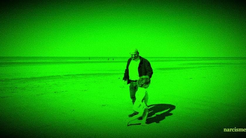 man met kind aan het strand night vision voor narcisme.blog