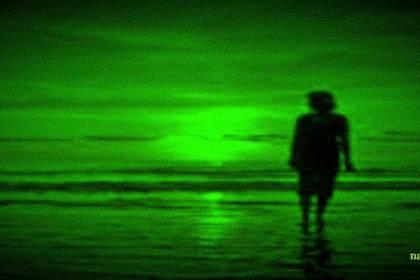vrouw s nachts aan het strand voor narcisme.blog