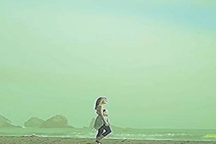 vrouw aan het strand voor narcisme.blog