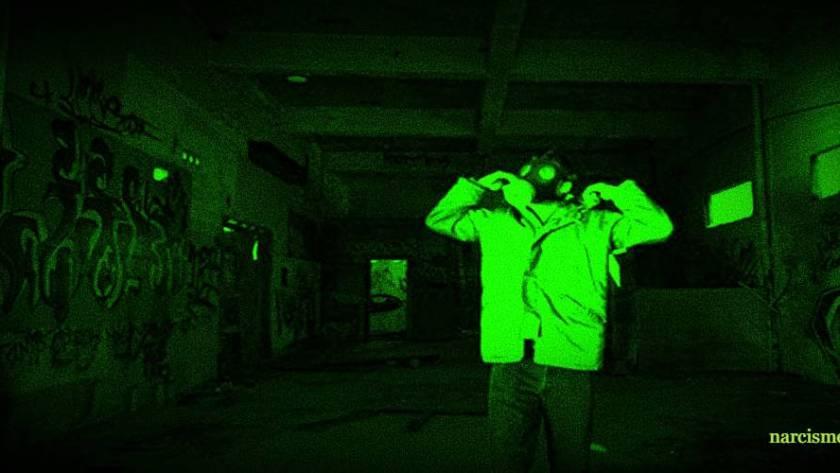 man met masker in tunnel met muurschilderijen voor narcisme.blog