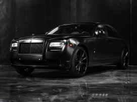 luxury matte black car in modern studio, waarschuwingssignalen