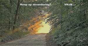 "foto van pad in bos met zonlicht aan het einde met tekst ""Hoop op verandering? VKoN """