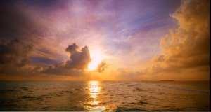 foto van de zon aan de horizon van de zee