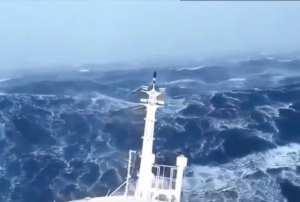 foto van mast van schip in monster golven gedurende storm