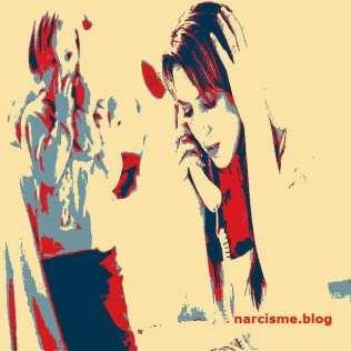 Een vrouw aan de telefoon en een ander die toekijkt