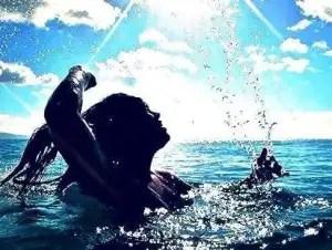 mentale veerkracht vrouw zwemmend in de zee