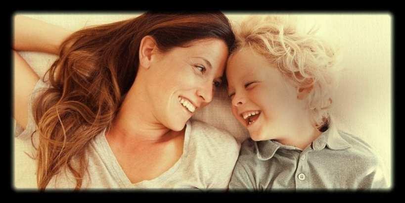 foto van alleenstaand moeder lachend naar haar kind