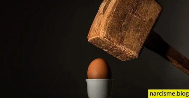positiviteit geduld en actie, foto van ei dat wordt gebroken door hamer voor narcisme.blog