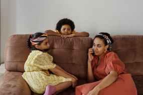 mother and children on a sofa, moederdag-kaarten