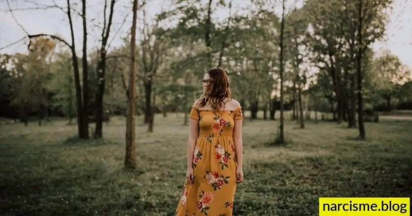 cover foto voor narcisme.blog, Beste manier om pijn van narcistische mishandeling te stoppen. Vrouw met bloemenkleedje wandelt in bos. Narcistische moeders